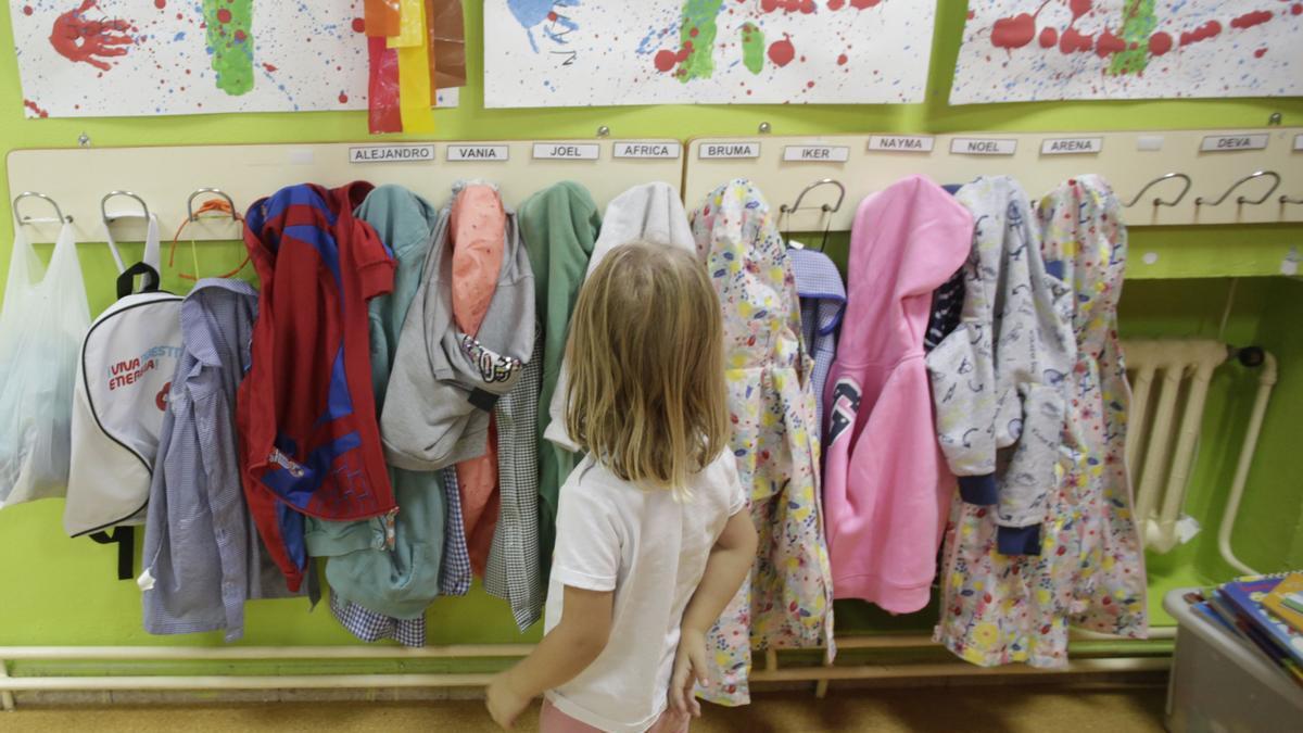 Una niña en el colegio de La Carriona.