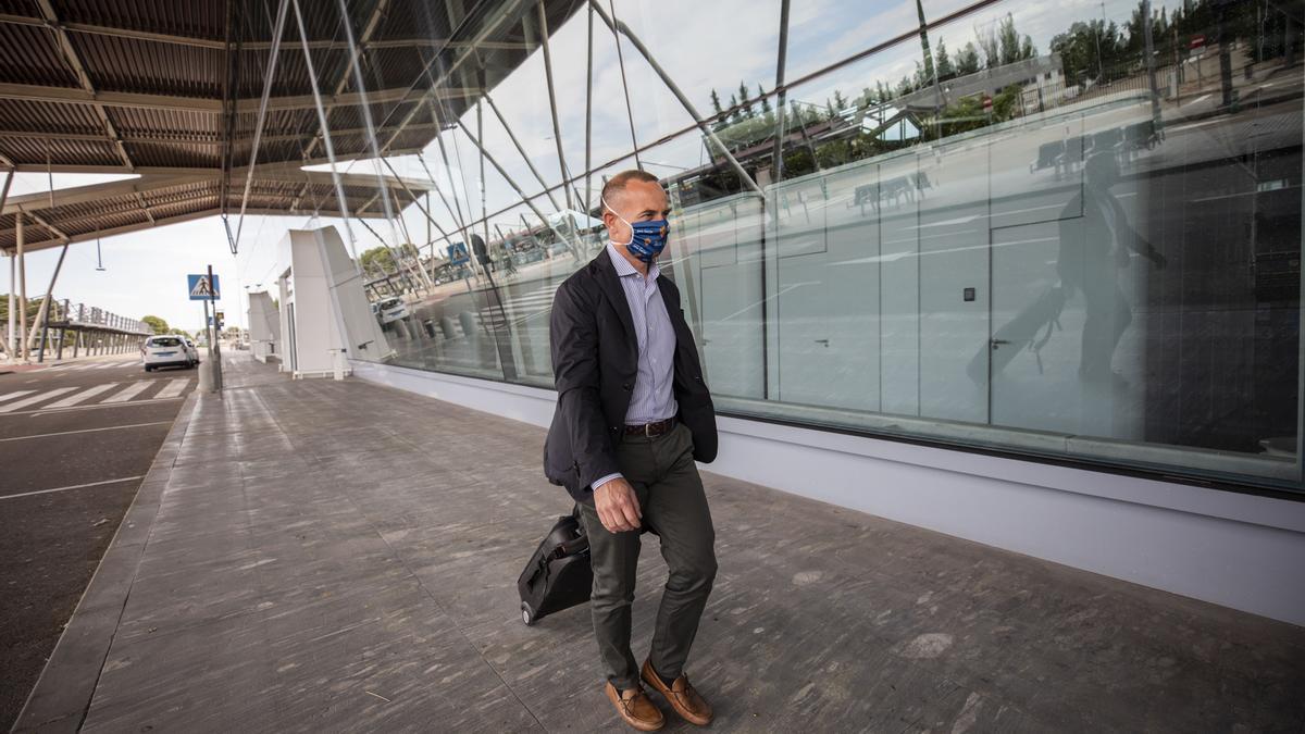 Christian Lapetra, en el aeropuerto de Zaragoza antes de un viaje con el equipo.