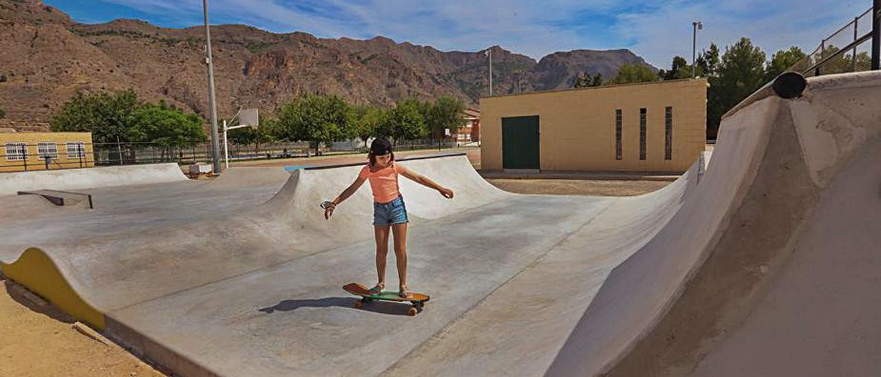 Una usuaria en la nueva pista de skate de La Aparecida.  | TONY SEVILLA