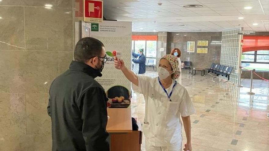 El Hospital de Antequera incorpora la toma de temperatura en sus accesos