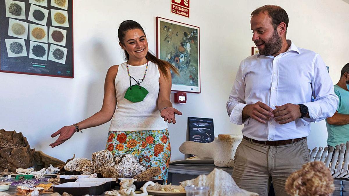 Mireia Mollà, junto con el conseller balear Miquel Mir, ayer, en Palma.   EFE/CATI CLADERA
