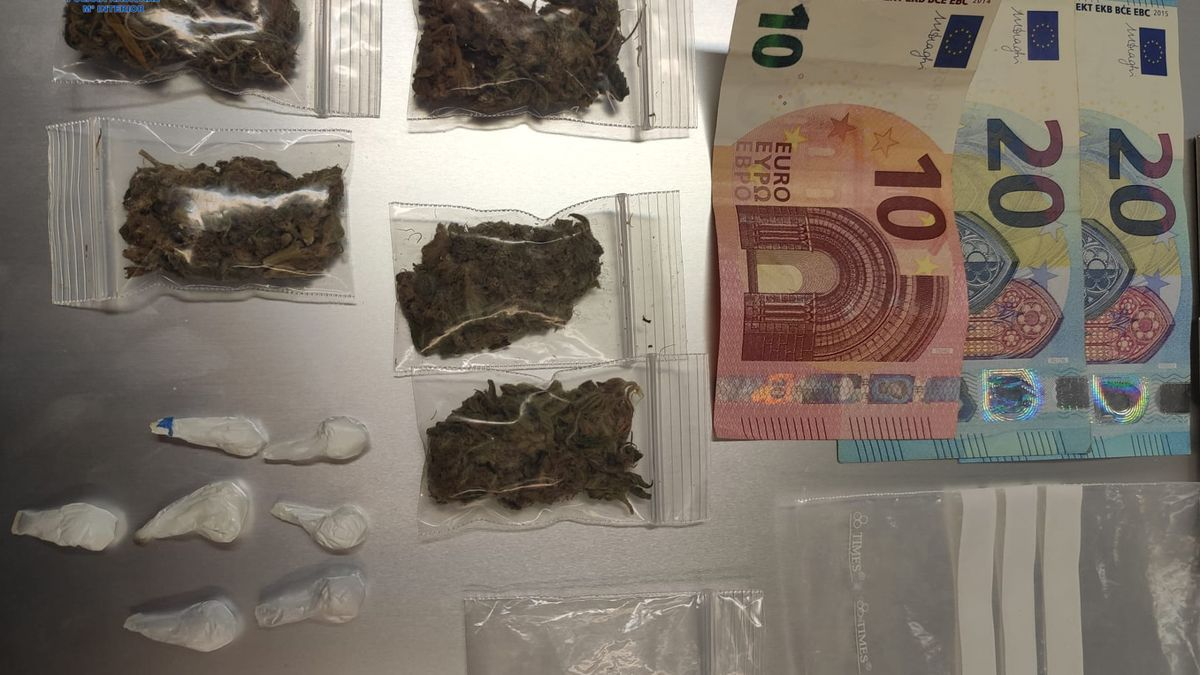 Marihuana, cocaína y dinero intervenido a un traficante de droga.