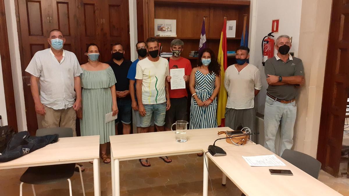El equipo negociador tras alcanzar el acuerdo que ha permitido desconvocar la huelga.