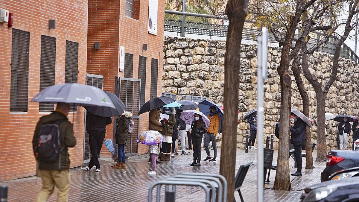 Colas en el centro de salud Ausiàs March de Xàtiva, en una imagen de archivo.  | PERALES IBORRA