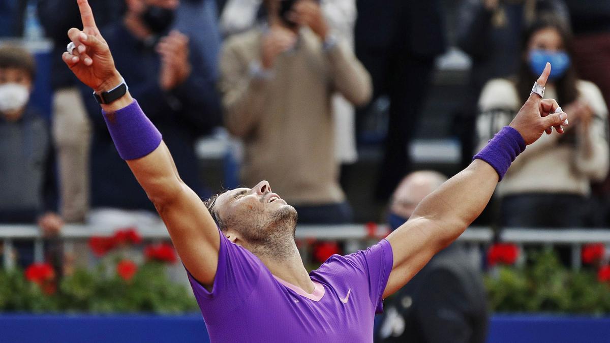 Nadal levanta los brazos tras doblegar a Tsitsipas en la final del Trofeo Conde de Godó.