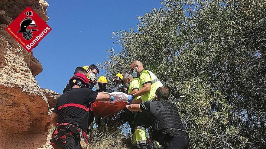 Los bomberos rescatan a una mujer que se precipitó desde cinco metros por un acantilado en Orihuela Costa