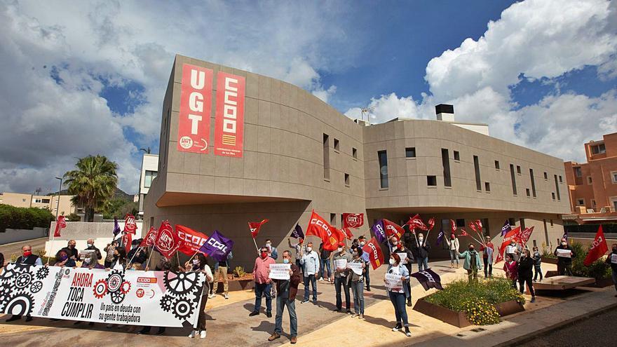 Los sindicatos salen a la calle el 1 de mayo para reivindicar los derechos de los trabajadores: «Ni el mal tiempo nos parará»