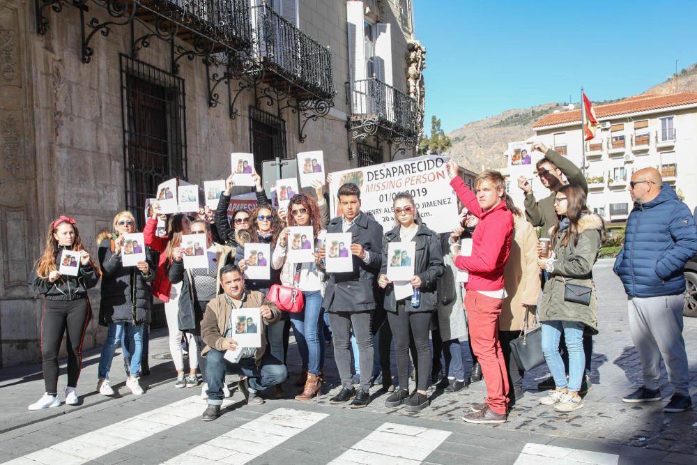 El alcalde de Orihuela ha mostrado su apoyo a la familia del joven desaparecido el 1 de enero en la Costa, Henry Alejandro, en una concentración en el Ayuntamiento