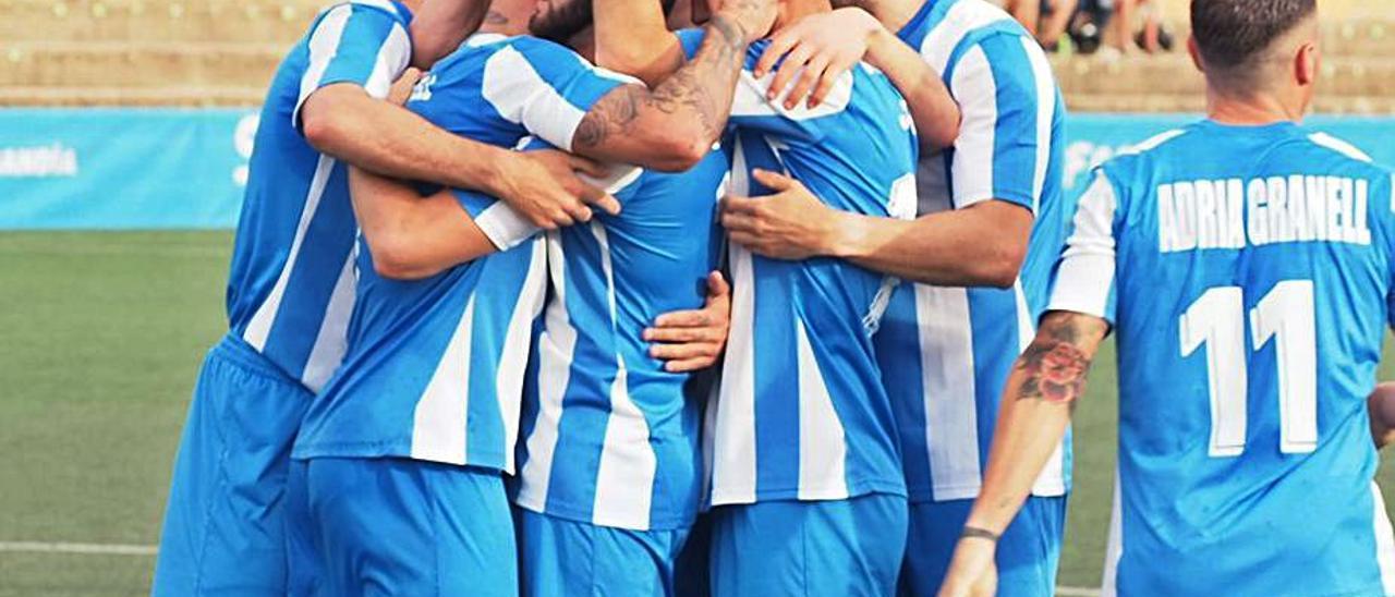 Los jugadores gandienses celebran el primer gol, de Álex Cortell.