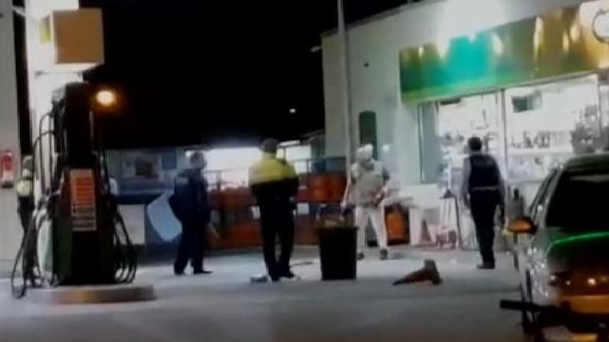 Un hombre se enfrenta a la policía con una motosierra y un machete en Girona