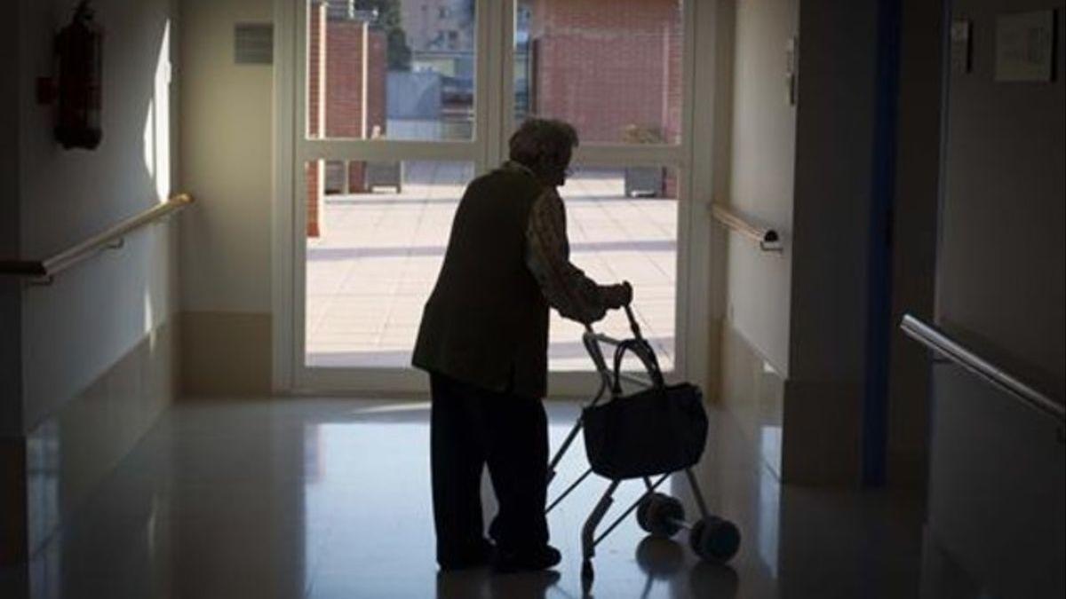 Una dona gran, a una residència