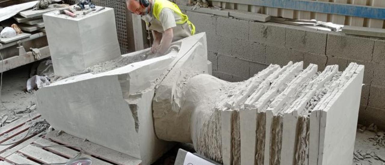 Francisco Celis en la cantera esculpiendo la cabeza y los brazos de la obra.     LP/DLP