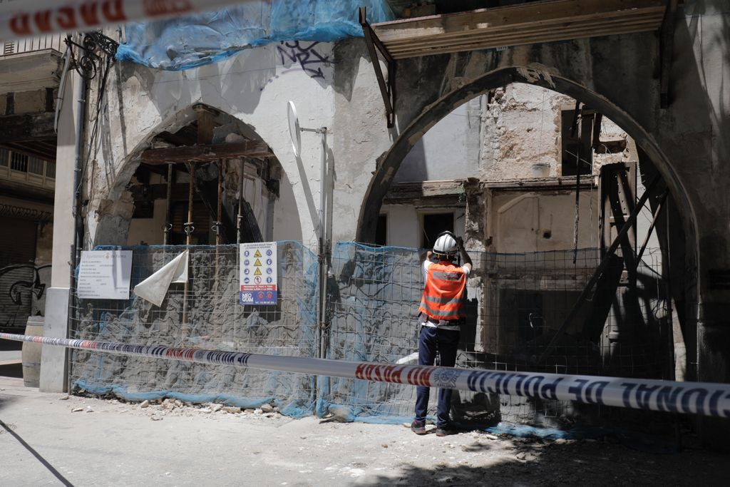 Se derrumba una finca abandonada en la plaza Quartera de Palma