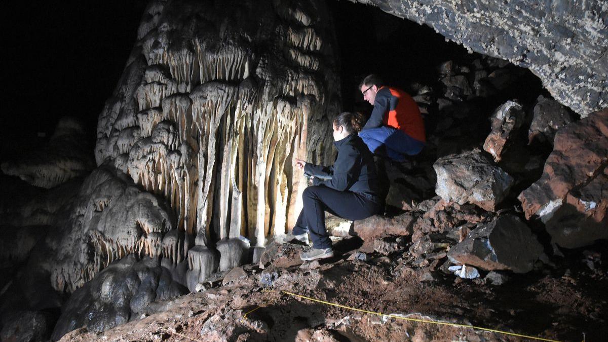 Un equipo de investigadores analiza el interior de la cueva de Ardales, en Málaga.