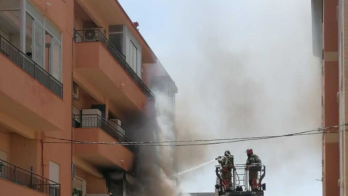 Arde el balcón de una vivienda en el Barrio del progreso