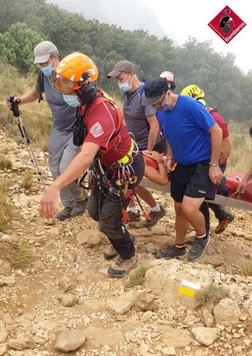 La víctima ha sido evacuada en helicóptero por los bomberos por una posible fractura de rodilla.
