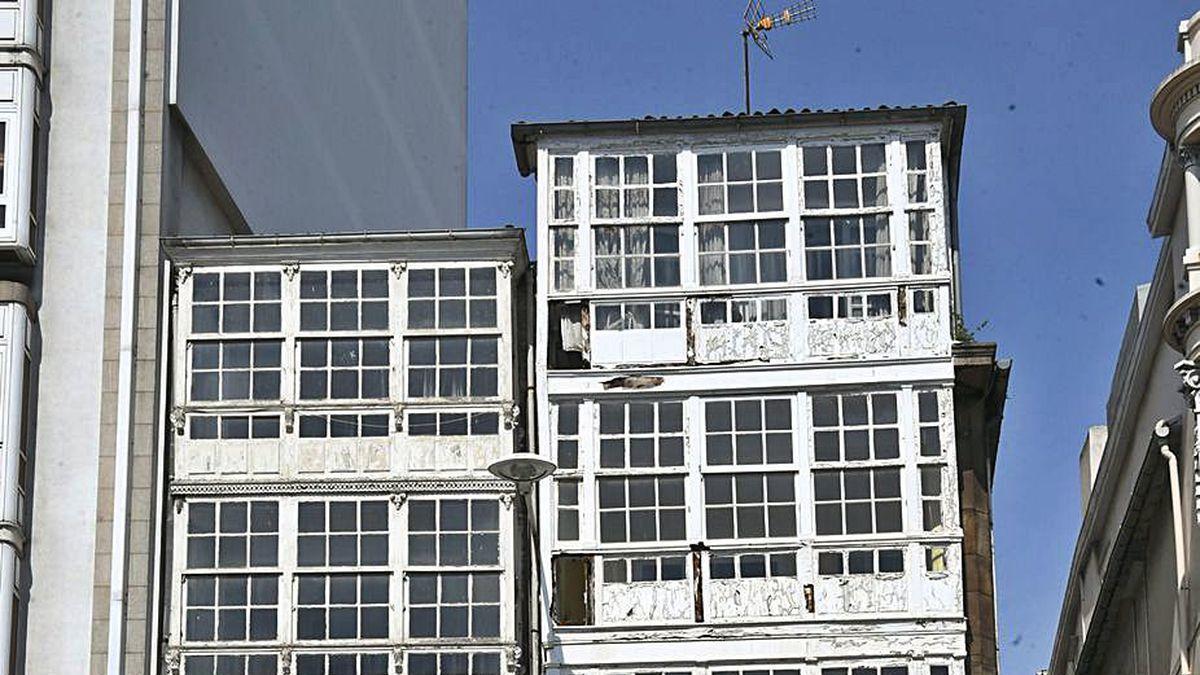 Edificios del Cantón Pequeño, en una imagen de abril de 2019, precintados tras la caída de unos cascotes.