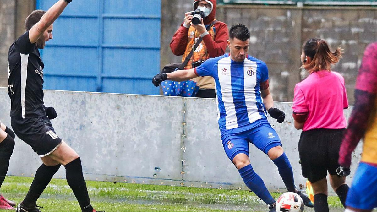 Natalio empêche le ballon de sortir tandis que Pablo Sánchez réclame le juge assistant.     Mara Villamuza