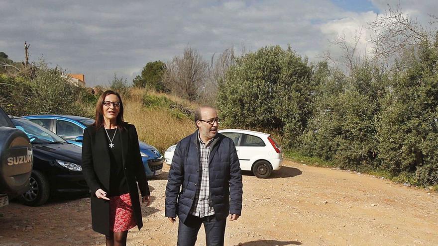 El hospital de la Ribera continúa sin reparar 20 años después la falta de aparcamiento