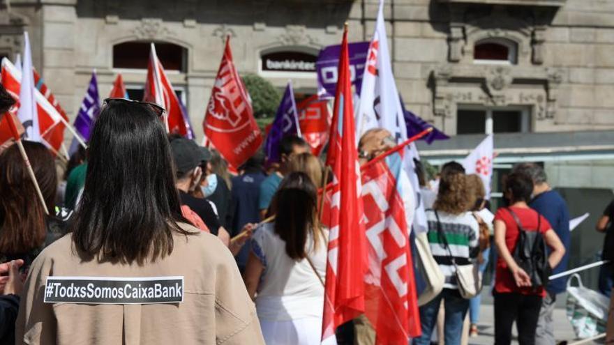 CaixaBank y sindicatos pactan que el ERE en Galicia afecte como mucho a 76 trabajadores