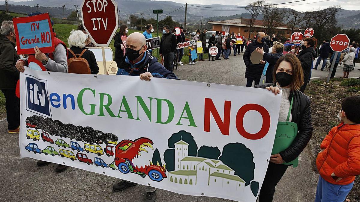 La manifestación de los vecinos de Granda para frenar la instalación de una estación de ITV.