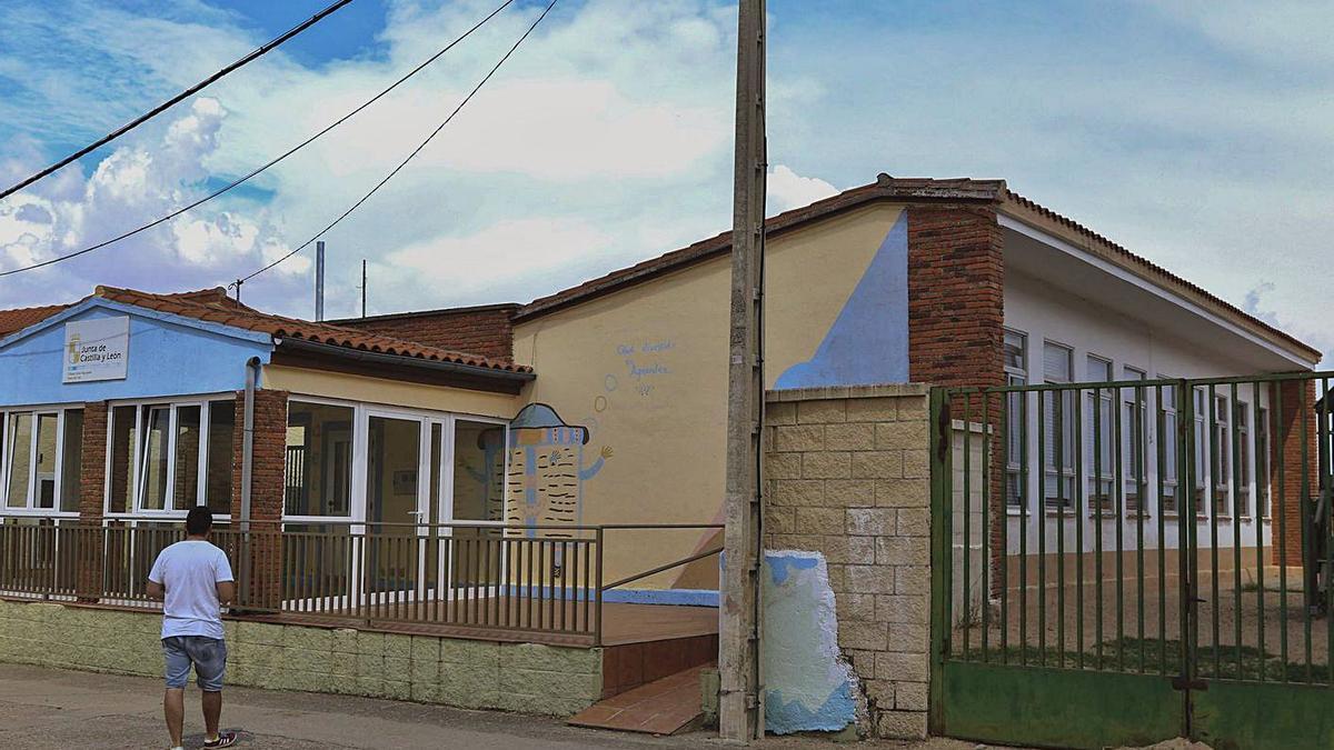 Exterior de un colegio rural de la provincia. | J. L. F.