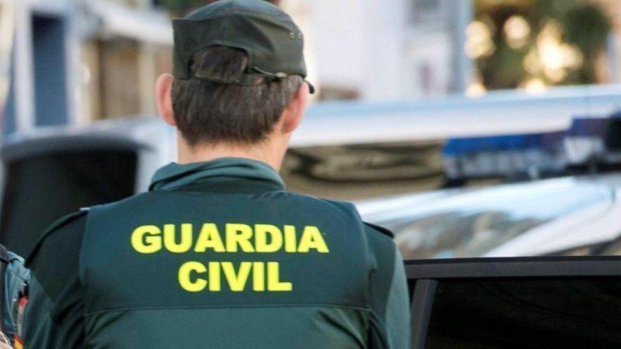 La Guardia Civil denuncia a 13 personas por una fiesta en un bar de Cheles
