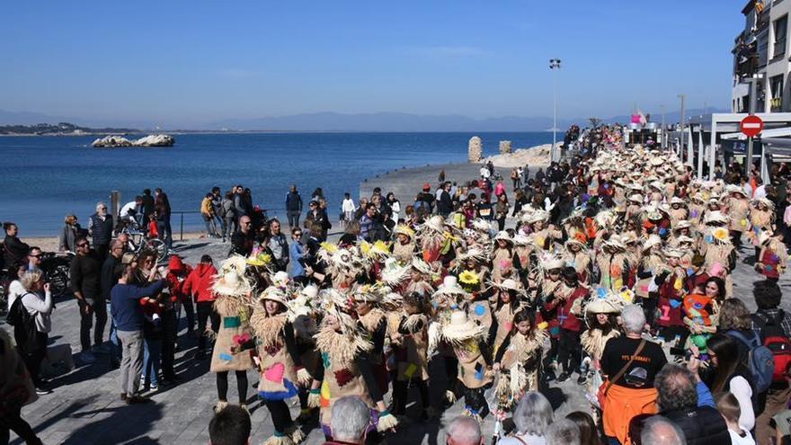 L'Escala s'omple de colors en una espectacular rua de carnaval