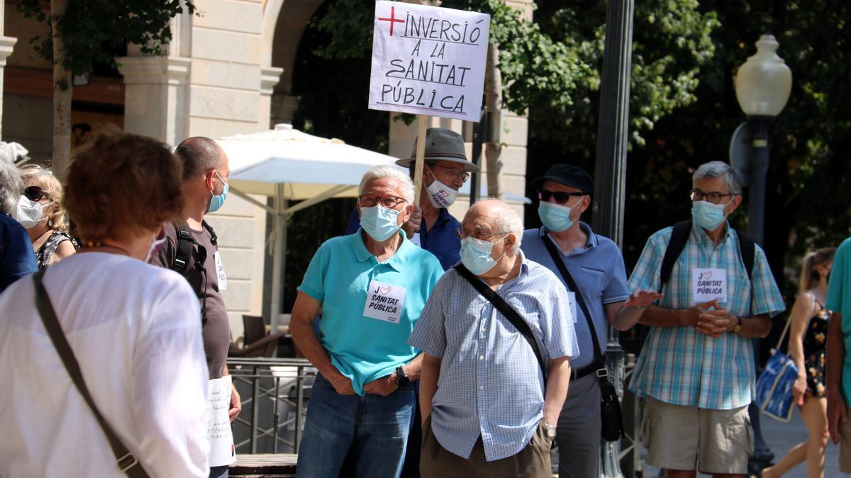 Pla mitjà de la concentració convocada per Marea Blanca a Girona, el 30 de juny del 2021