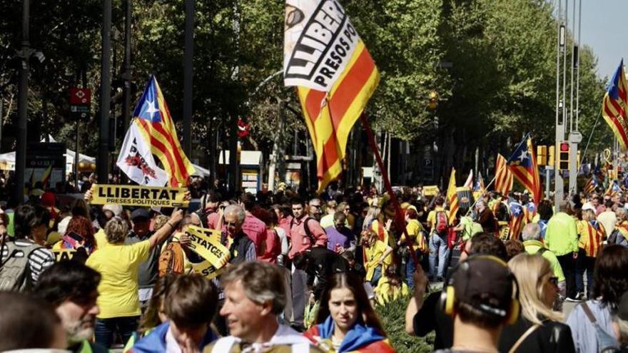 """Milers de persones omplen el Paral·lel i la plaça Espanya amb el crit """"Us volem a casa"""""""