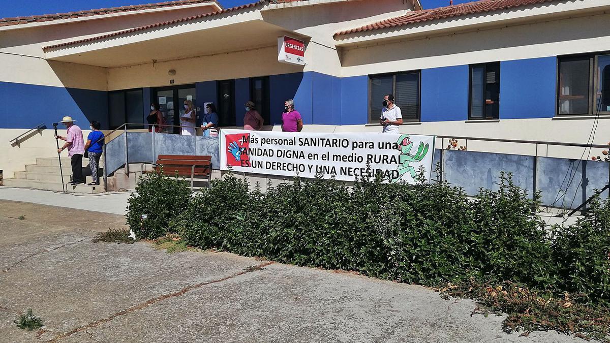 Pancarta reivindicativa expuesta en el centro de salud de Camarzana durante la concentración. | C.G.R.