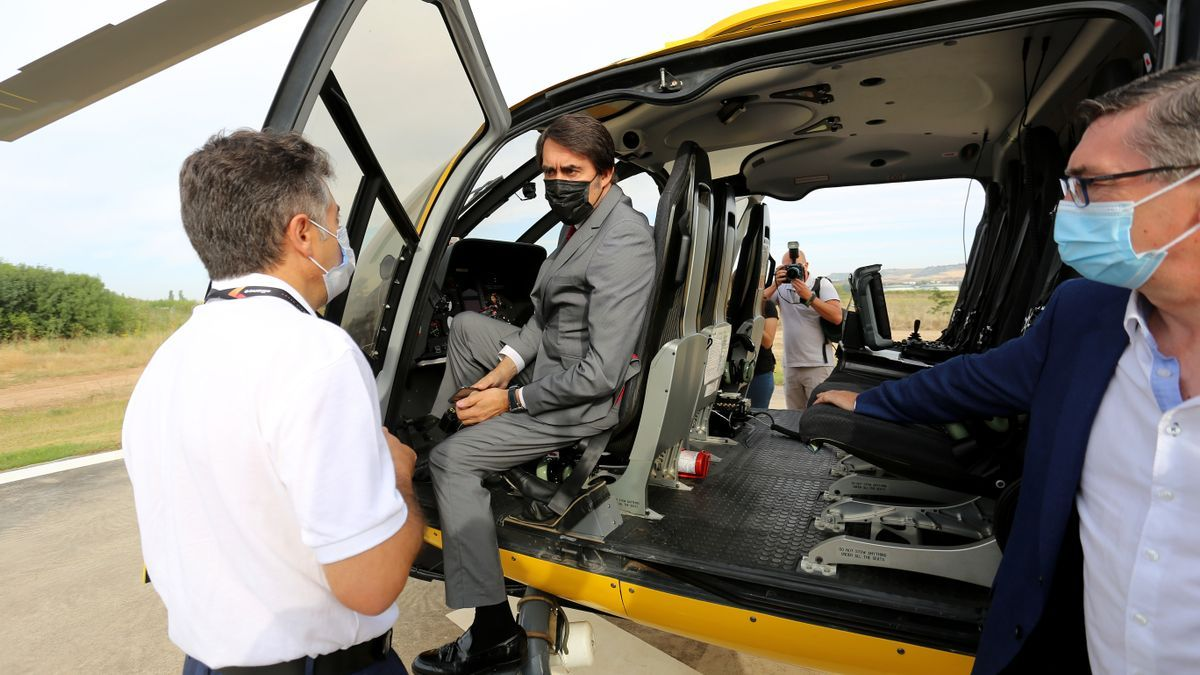 El consejero de Fomento, Juan Carlos Suárez-Quiñones presentando el nuevo helicóptero