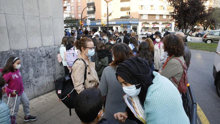 Miles de estudiantes vuelven a los institutos en Asturias