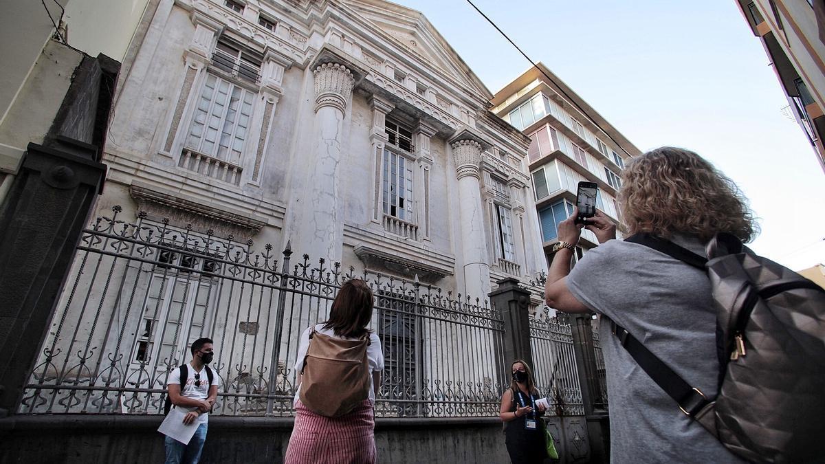 La ruta incluye la explicación al edificio de la Logia, en la calle San Lucas.