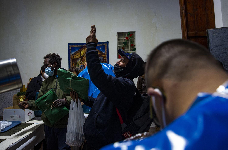 La Escuela Europea y la Asociación Tabarca entregan sacos de dormir y regalos de Reyes a los sintecho en el antiguo convento de las Monjas de la Sangre.