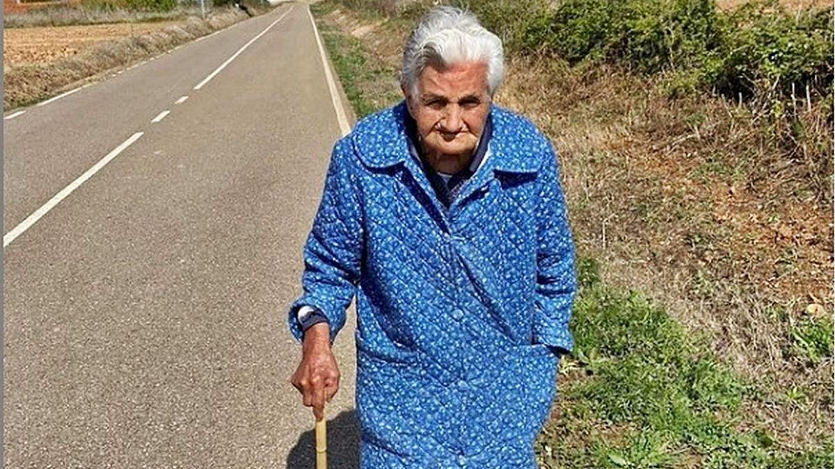 Ana María Bermejo, en su paseo diario por el pueblo.