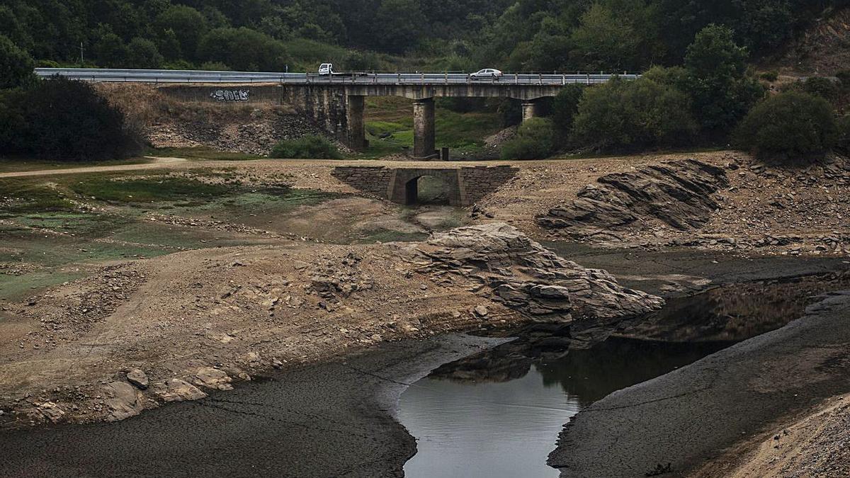 El bajo caudal del río Camba tras el aumento de los turbinajes en el embalse de O Bao.   | // BRAIS LORENZO