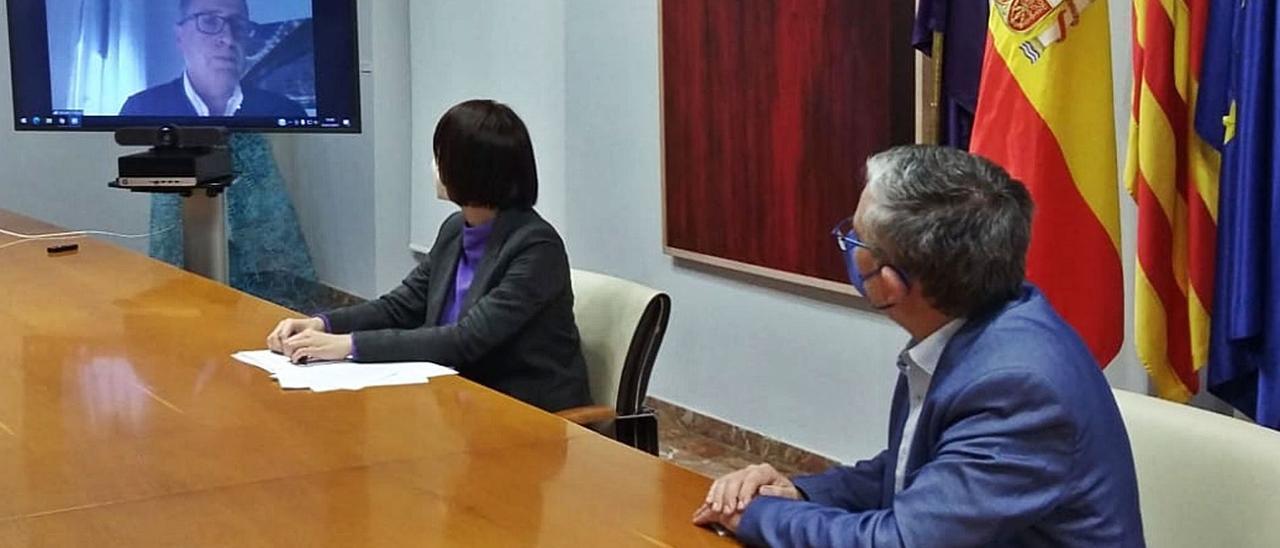 Diana Morant y Josep Alandete atienden a Salvador Gregori, que en la rueda de prensa de ayer intervino por videoconferencia. | LEVANTE-EMV
