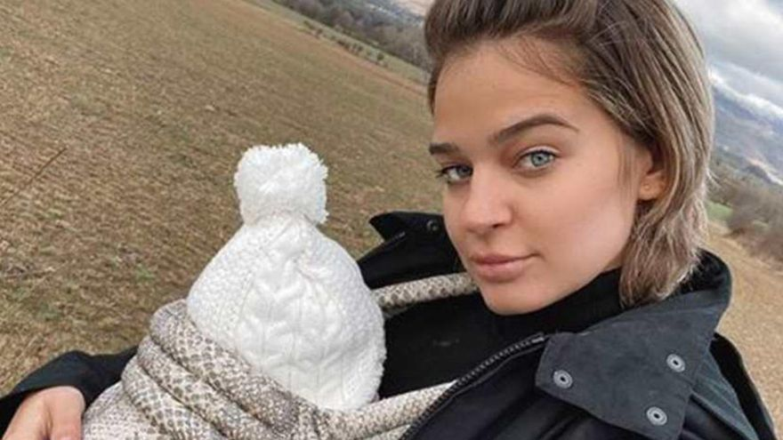 Laura Escanes responde a una fan que la criticó por dar espaguetis a su hija de seis meses