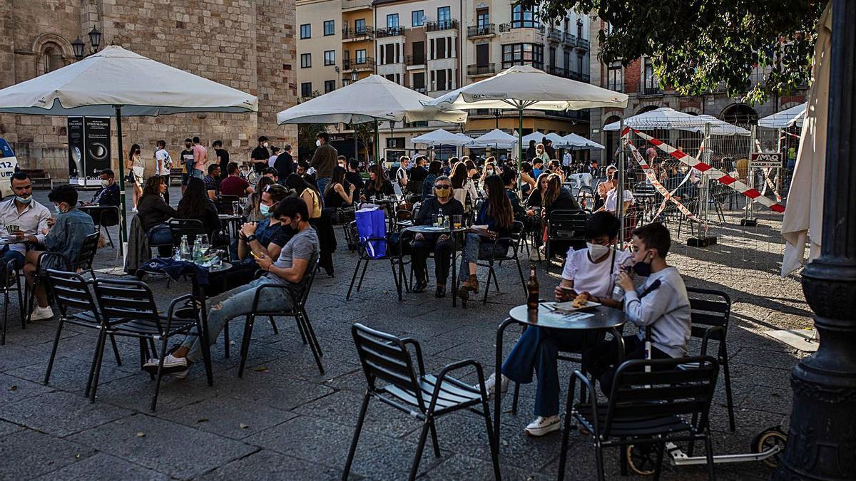 Varios grupos de personas, en una terraza del centro de la capital. |