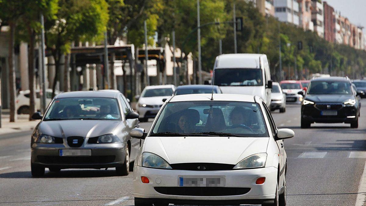 Varios coches circulan por el Vial.