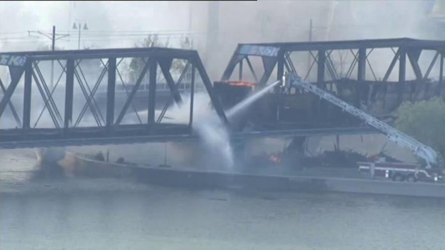Un tren se descarrila sobre un puente en EE.UU. y causa un aparatoso incendio