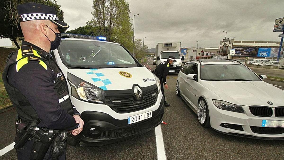Un control de la Policia de Blanes realitzat aquest dissabte arran del confinament comarcal.