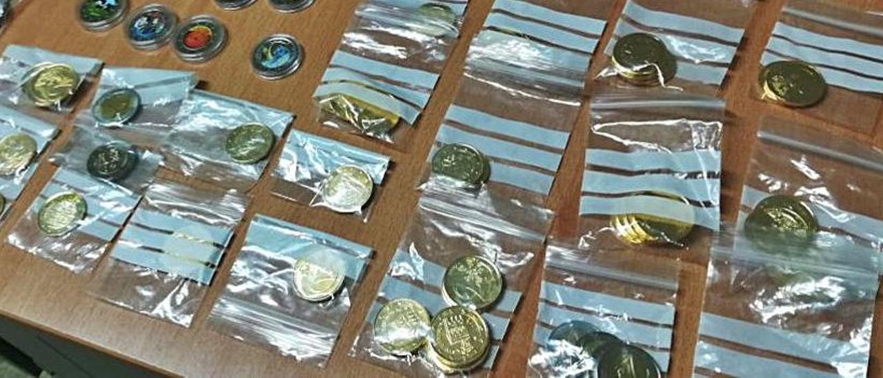 Monedas recuperadas por la Policía con la detención de la pareja.   INFORMACIÓN