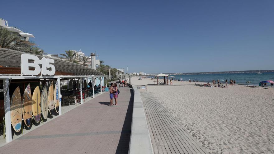 Endlich gibt es Liegen und Sonnenschirme an der Playa