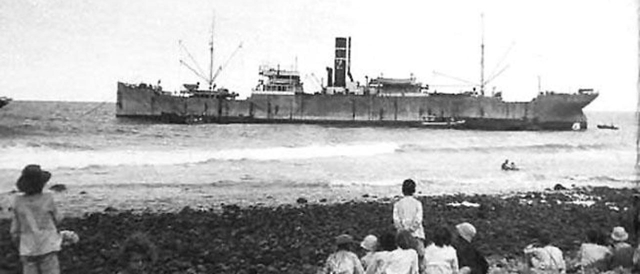 Un grupo de niños observa el vapor 'Zuleika' desde la bahía.