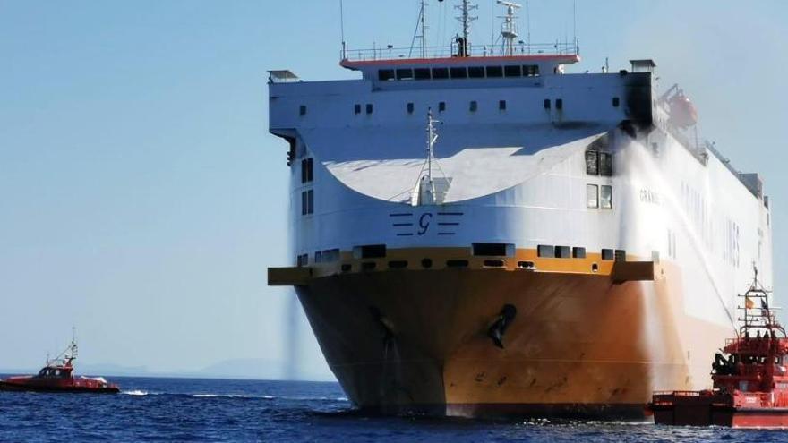 Alt risc d'abocament de fuel després de l'incendi d'un vaixell a 25 milles de Mallorca