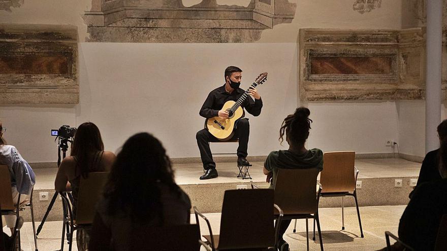 El guitarrista  Diego Gonçalves García, en la Biblioteca Pública