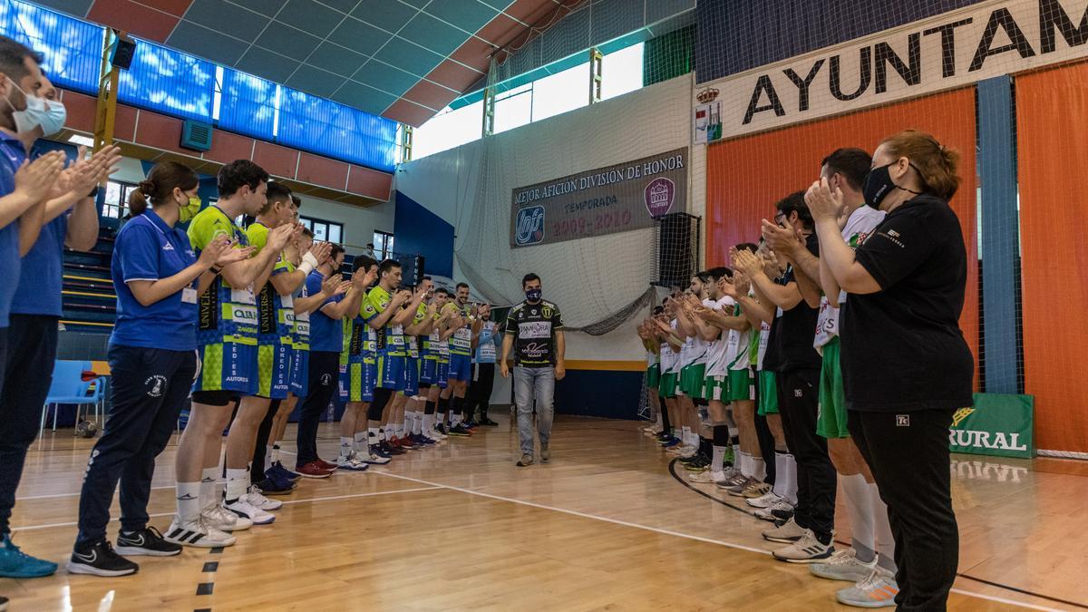 Los dos equipos le hicieron el pasillo a Octavio antes de comenzar el partido.