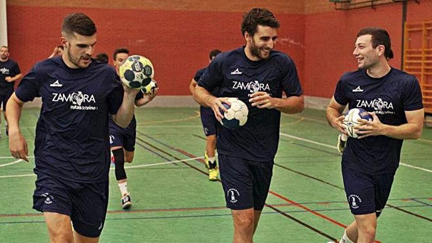 Jaime, Dalmau y Raúl Maide (de izquierda a derecha) calientan al inicio de una sesión.